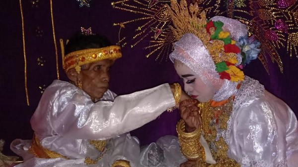 58-Year-Old Grandfather-Girl's Wedding in Bone, Love Blossoms in Chocolate Garden